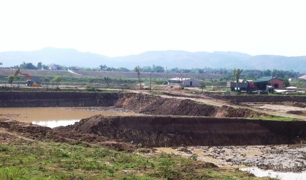 Sau khi múc đất bán, trang trại trở thành những ô vuông vắn.
