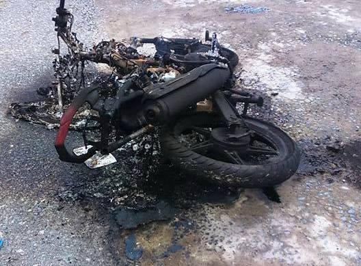 Chiếc xe máy bị người dân đốt cháy chỉ còn trơ lại phần khung sắt.