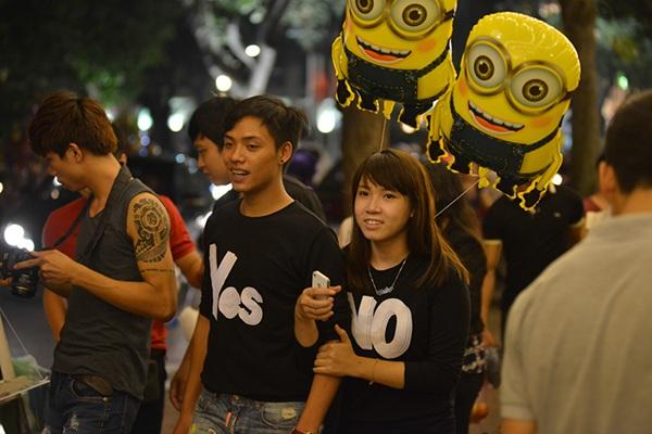 Cắc cặp đôi tay trong tay dạo chơi trên những con phố trung tâm Hà Nội trong đêm Trung thu