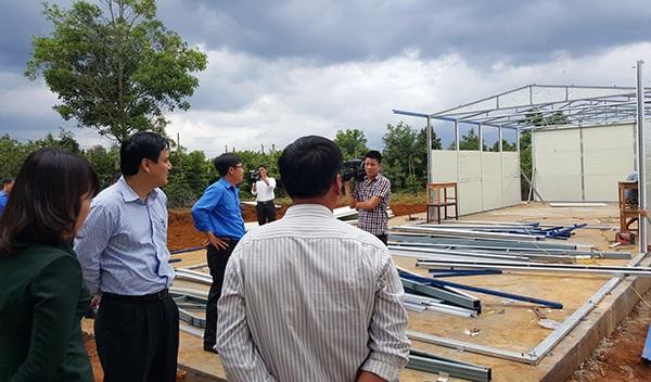 Anh Nguyễn Đắc Vinh - Bí thư thứ nhất T.Ư Đoàn và đoàn công tác thăm và kiểm tra công trình xây dựng nhà bán trú cho em tại tỉnh Đắk Nông
