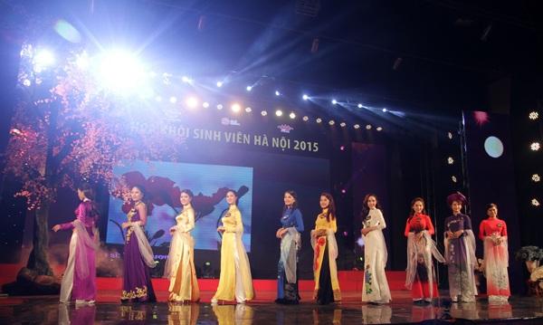 Các thí sinh khoe nét đẹp duyên dáng trong phần thi trang phục áo dài.