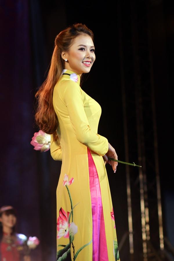 Á khôi 1 Nguyễn Huyền Giang thanh tú, nền nã trong trang phục áo dài thêu hình quốc hoa