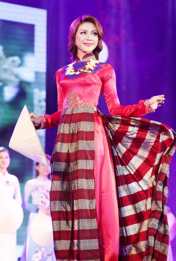 Hoa khôi của cuộc thi Nguyễn Thu Hằng là người trình diễn cuối cùng, khép lại phần thi trang phục áo dài đầy cảm xúc.