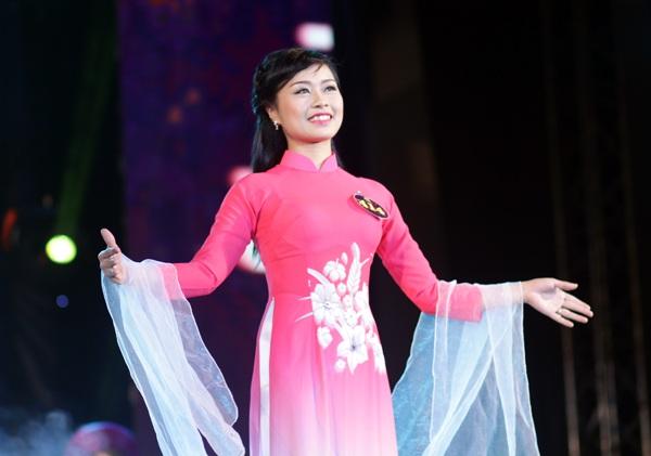 Cô giáo tương lai Đào Thị Hoài diện trang phục áo dài hồng đầy nữ tính