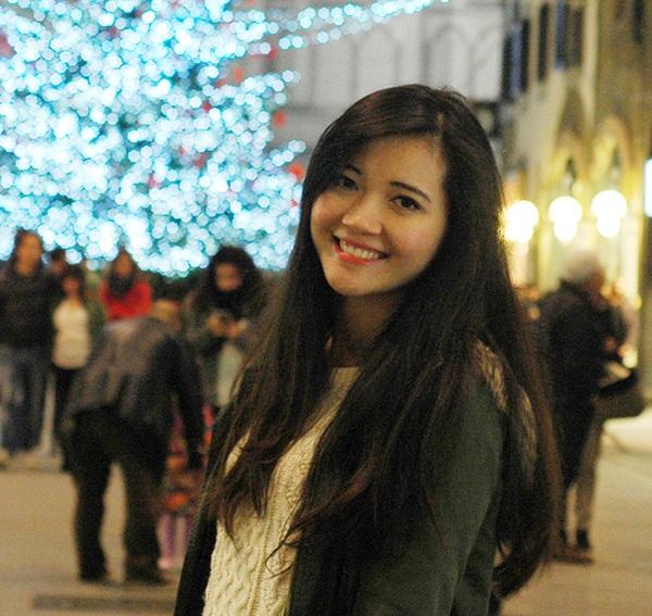 Cô gái với nụ cười tươi, Phạm Thị Hải Yến, hiện đang là sinh viên theo học tại thành phố Florence, nước Ý. Yến tốt nghiệp Đại học với 2 tấm bằng loại Giỏi ngành Tài chính – Ngân hàng, và Tiếng Anh phiên dịch, với điểm tốt nghiệp trong top 10 toàn khóa. Hiện Yến đang là sinh viên theo học khóa Thạc sỹ về Quản trị rủi ro trong Tài chính với điểm trung bình môn 28.5/30 cho năm thứ nhất.