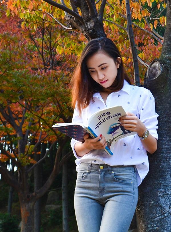 Võ Thị Thùy Linh, du học sinh Hàn Quốc, cô nhận được học bổng 2 năm học tập ở Hàn Quốc sau khi kết thúc 4 năm ĐH Tài chính Marketing chuyên ngành Marketing. Ngoài ra khi còn ở Việt Nam từ năm 3 ĐH Linh đã được nhận vào chương trình Internship full time tại vị trí Account Manager của công ty truyền thông Vision21.