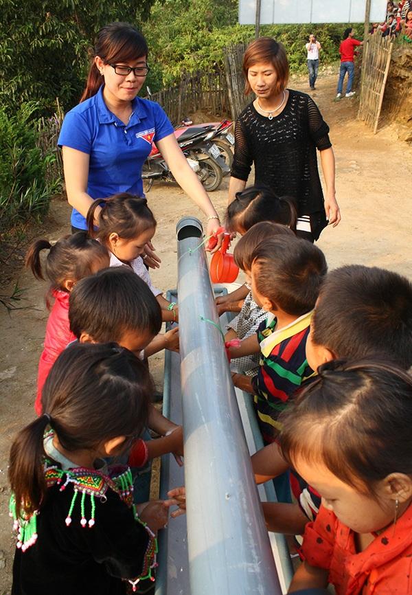 Máng nước rửa tay do cô Thủy thiết kế để rèn luyện cho trò thói quen giữ vệ sinh, đồng thời tiết kiệm nước sạch