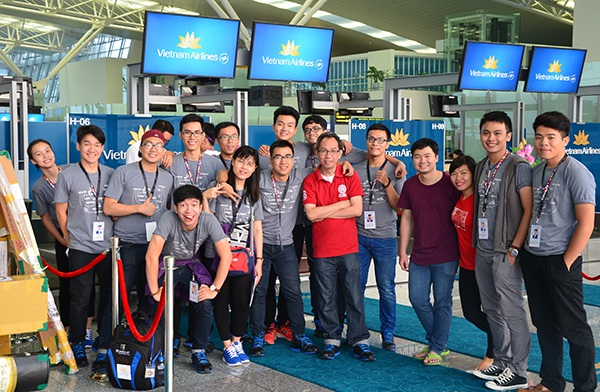 Đoàn Việt Nam làm thủ tục check-in lên chuyến bay đi Nhật Bản tham dự chương trình Tàu thanh niên Đông Nam Á - Nhật Bản