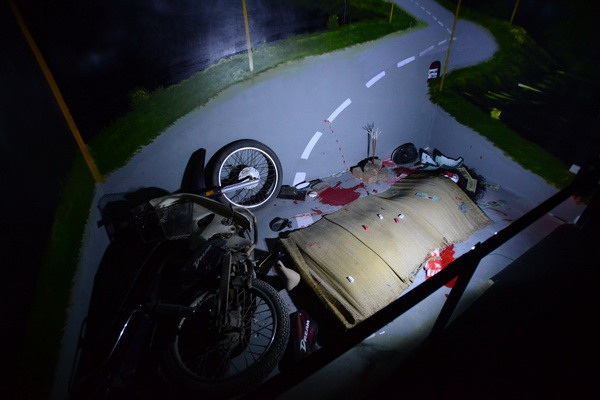 Hiện trường như một vụ tai nạn xe cộ ám ảnh người xem.