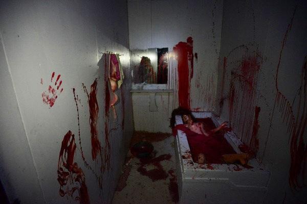 Hình ảnh đẫm máu như phim kinh dị khiến nhiều người không dám nhìn dù biết là giả