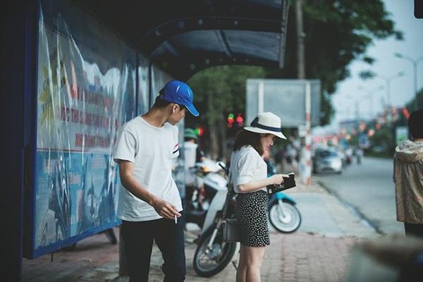 Thu Tuyết không hay biết mình bị tên cướp để ý, nàng vẫn cắm cúi đọc sách