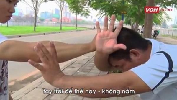 Võ sư chỉ cách hóa giải khi bị nắm tóc là choãi chân rộng, giữ thăng bằng, sau đó dùng hai tay khóa, gạt tay của đối phương
