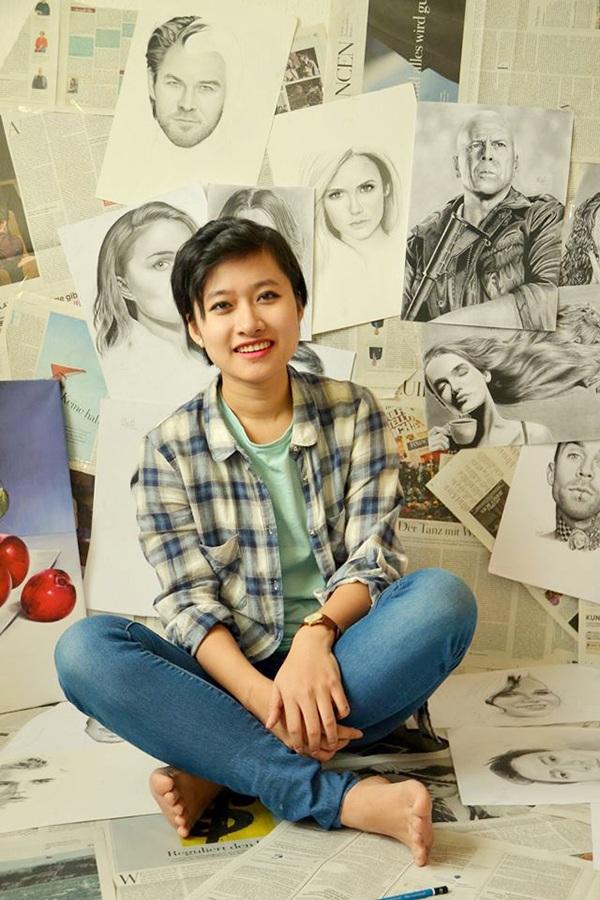 Lê Hồng Nhung - nữ sinh Việt đang học ngành Toán kinh tế tại Đức. Nhung bên trong căn phòng trưng bày đầy tranh vẽ của cô