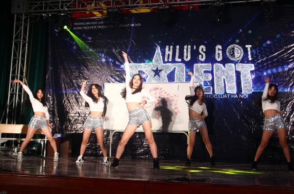 5 cô gái của Sistom trình diễn vũ đạo sexy, máu lửa.