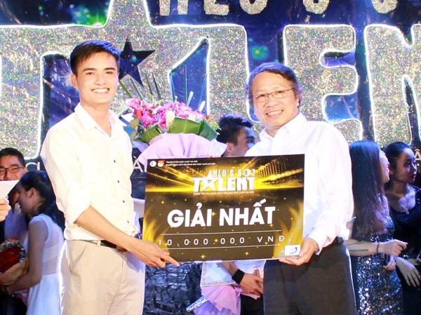 Nguyễn Văn Quân nhận giải Nhất của cuộc thi Tài năng Đại học Luật Hà Nội.