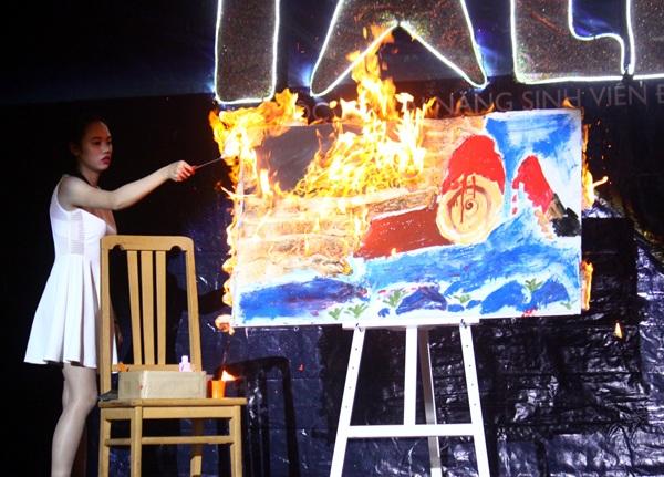 Bức tranh hoàn chỉnh dần hiện ra khi Hải Anh châm lửa đốt lớp giấy phủ màu trắng