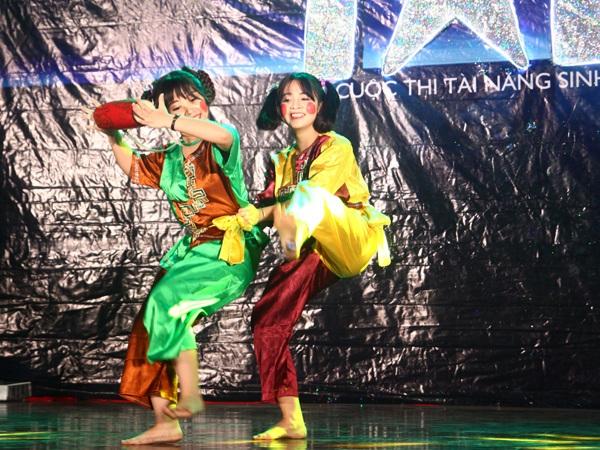 Hai cô gái dễ thương nhóm Tinkerbell múa dân gian điệu Múa Tễu vui hội