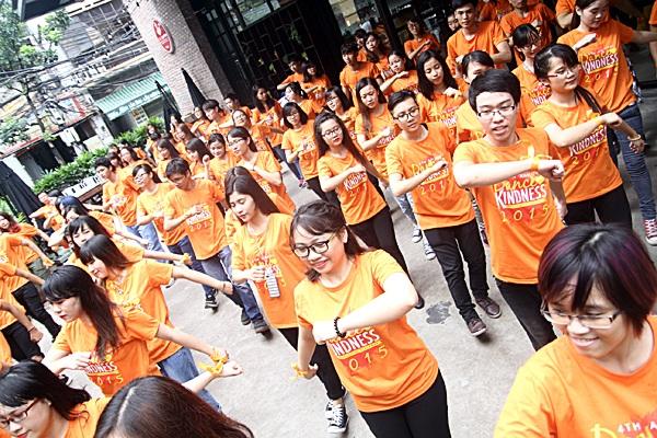 """Hàng trăm bạn trẻ tham gia điệu nhảy flashmob của """"Tử tế là..."""""""