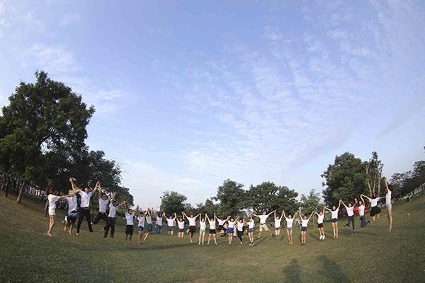 Bộ ảnh kỷ yếu độc đáo này được chụp ở công viên Yên Sở, Hà Nội