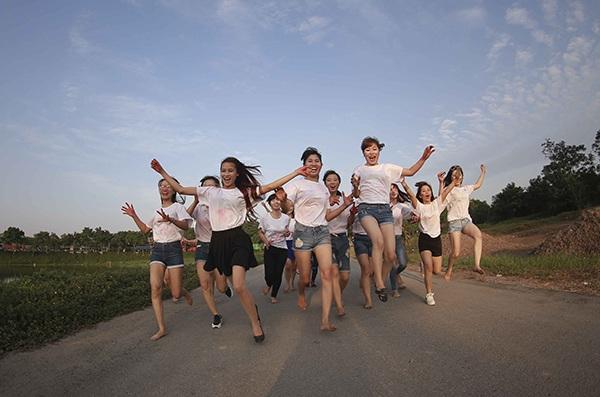 Các bạn trẻ lớp KT46 trường ĐH Tài chính – Quản trị kinh doanh mặc áo phông, quần soóc chụp bộ ảnh lưu niệm đời sinh viên