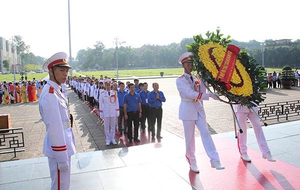 64 thầy cô giáo cắm bản vào viếng Lăng Chủ tịch Hồ Chí Minh sáng nay.