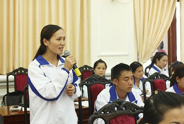 Cô Phùng Thị Huyền - cô giáo trẻ nhất được tuyên dương trong chương trình Chia sẻ cùng thầy cô đóng góp ý kiến với lãnh đạo Bộ GD&ĐT