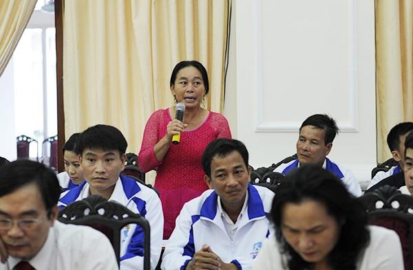 Cô Lê Thị Hằng, GV trường Tiểu học Đồng Lương, huyện Lang Chánh, tỉnh Thanh Hóa chỉ còn một năm sẽ về hưu, cô có rất nhiều trăn trở về điều kiện học tập, sinh hoạt của học trò. Mong muốn lớn nhất của cô là trường lớp có điện, địa phương có trạm y tế.