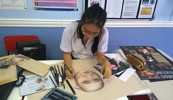Nga theo đuổi đam mê vẽ và được học vẽ chuyên nghiệp như sinh viên từ khi học trung học. Cô bạn muốn trở thành nhà thiết kế