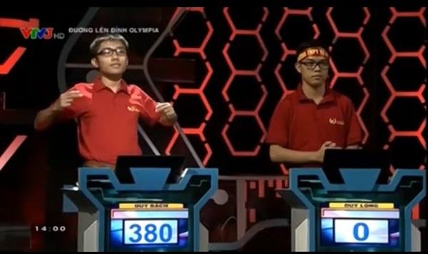 Lê Duy Bách (trái) đạt 380 điểm bên cạnh Vũ Duy Long không có điểm nào sau khi kết thúc vòng thi Quý I năm thứ 16