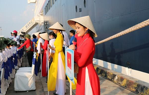 Các thiếu nữ mặc trang phục áo dài truyền thống đón tàu Nippon Maru