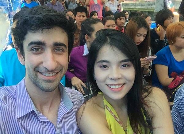 Ngọc Hân chụp ảnh cùng một người nước ngoài mà cô đã kết bạn trong hành trình đi của mình
