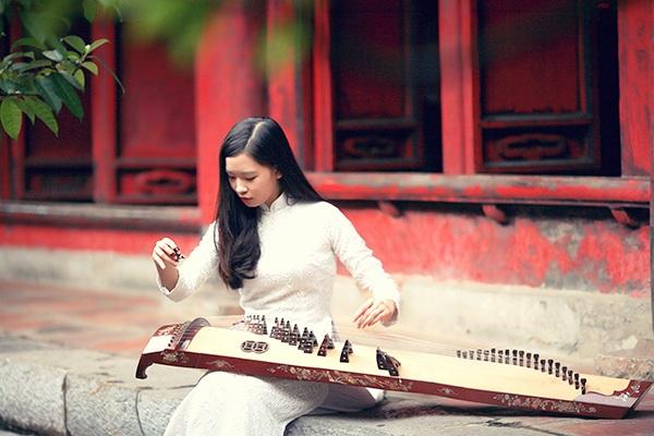 Thanh Tú có 7 năm luyện tập đàn Tranh, đây là loại nhạc cụ mà cô thích nhất, trong số nhiều nhạc cụ mà Tú có thể chơi