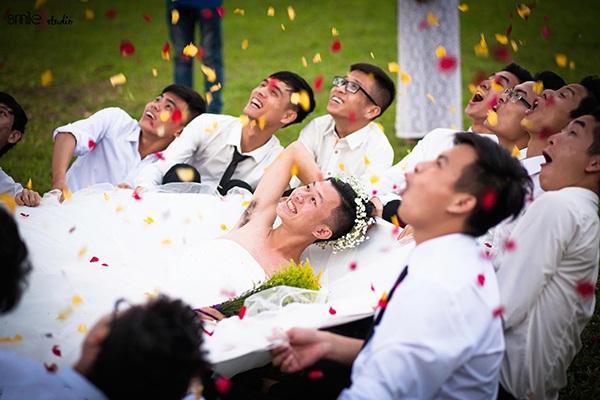 Bộ ảnh kỷ yếu được làm giả như một đám cưới khiến người xem phải bật cười
