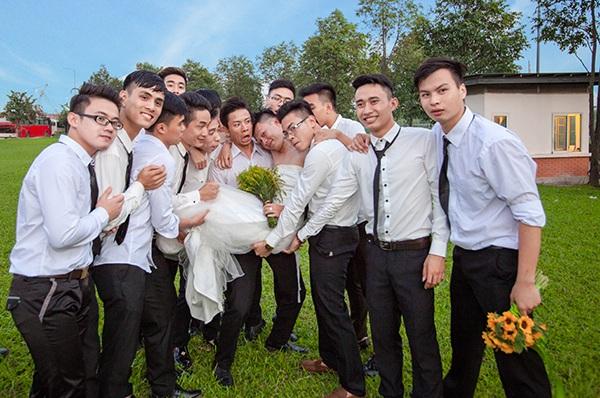 Cô dâu trong vòng tay bạn bè