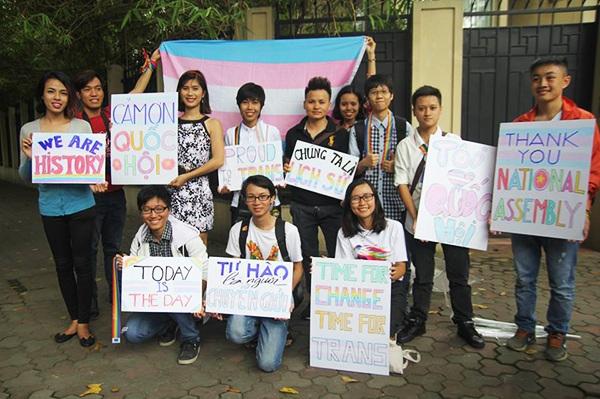 Cộng đồng LGBT Việt Nam bày tỏ niềm vui mừng vì Quốc hội hợp pháp hóa chuyển đổi giới tính. (Ảnh: FB ISEE)