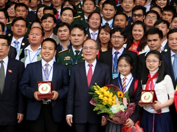 Đỗ Nhật Nam cùng các đại biểu Đại hội Tài năng trẻ Việt Nam lần thứ 2 vừa có buổi tiếp kiến Chủ tịch Quốc hội Nguyễn Sinh Hùng