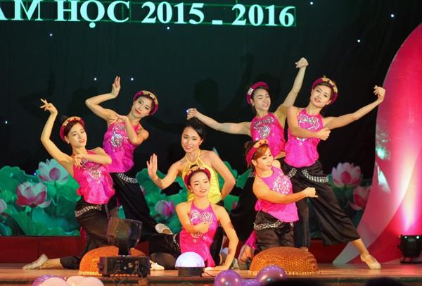 Nguyễn Trần Phương Thảo duyên dáng thể hiện bàn múa Múa bên sông Hồng