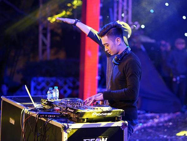 DJ THe Remix Slim V thổi hồn cho đêm hội của SV trường Thăng Long