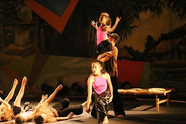 Màn trình diễn cuốn hút kết hợp hip hop, dance sport, múa dân gian của các vũ công nhí
