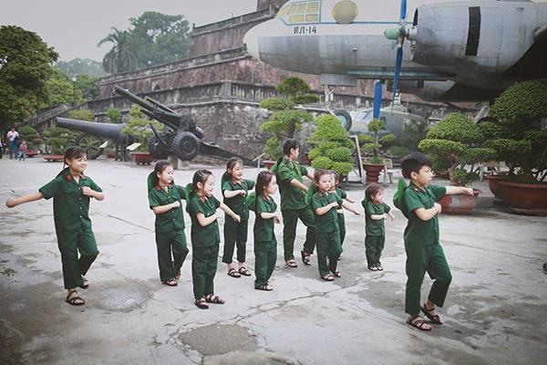 Các bé còn được phụ huynh đưa đi tham quan Bảo tàng quân sự để hiểu rõ hơn về sự hi sinh và chiến công của các chiến sĩ quân đội nhân dân
