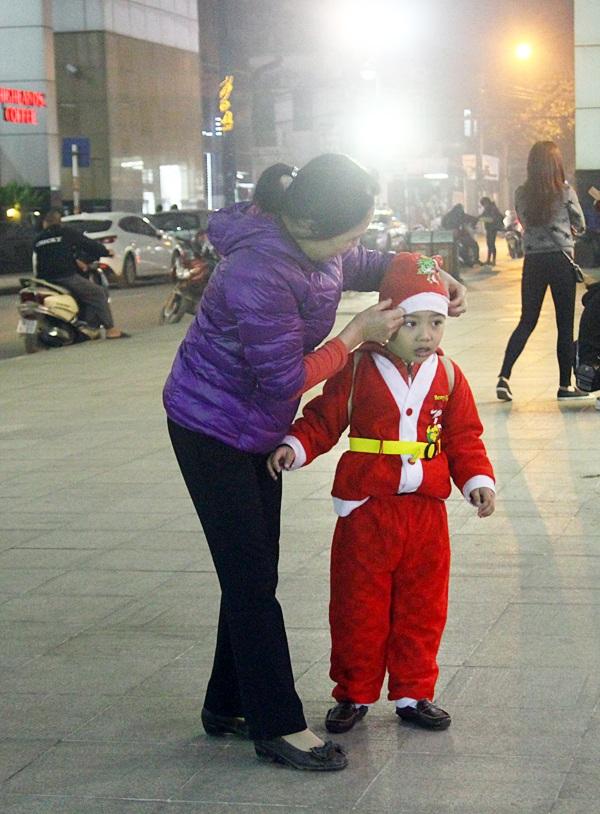 """Nhộn nhịp """"ông già Noel nhí"""" đổ bộ xuống phố dịp Noel - 3"""