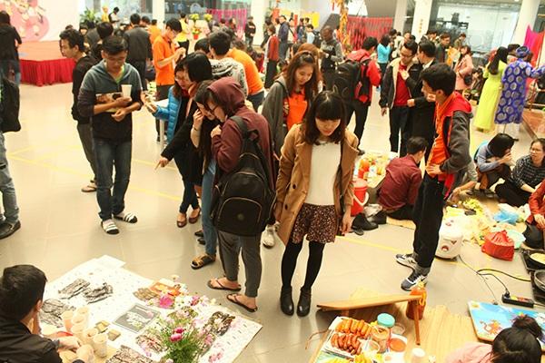 Hàng trăm học sinh, sinh viên và các khách tham quan ghé thăm lễ hội Tết dân gian