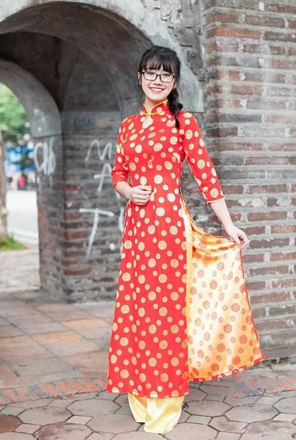 Cô bạn Linh Chi tạo dáng với áo dài