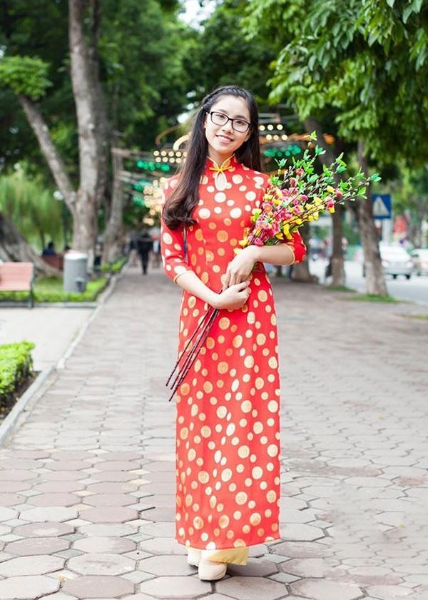 Cô bạn Ngọc Ánh vừa dịu dàng vừa tươi trẻ trong trang phục áo dài đỏ