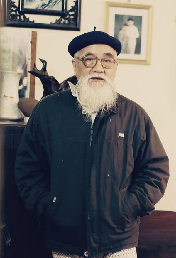 Ông đẹp lão và có hàm râu bạc như cước. Ông đọc ngôn tình, vì thấy hình ảnh của chính mình trong nhân vật soái ca.