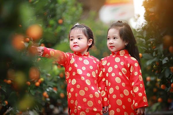 Hai cô bé cũng diện cả áo dài truyền thống để đón Tết