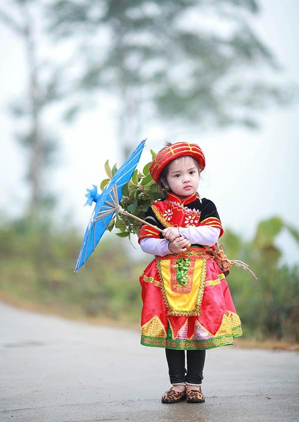 Trang phục của đồng bào dân tộc thiểu số nhiều màu sắc bắt mắt khiến các bé rất thích thú