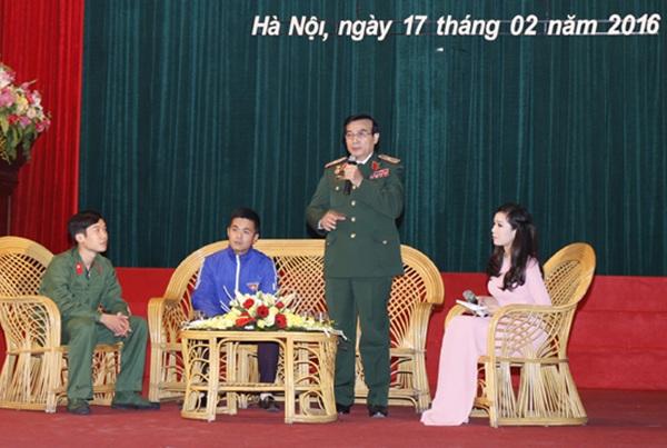 Thiếu tướng Lê Mã Lương kể chuyện chiến trường năm xưa với các tân binh chuẩn bị nhập ngũ