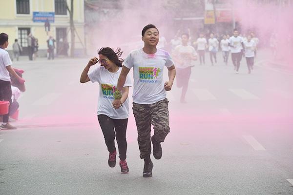 Các cặp đôi nắm tay nhau chặt chẽ, thể hiện quyết tâm chinh phục đường đua màu sắc