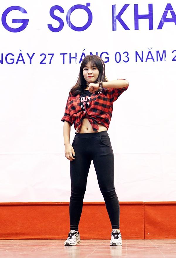 Cùng lựa chọn phần thi tài năng nhảy hiện đại, Nguyễn Dương Phương Anh thể hiện sự năng động, mạnh mẽ, tự tin của nữ sinh Kinh tế quốc dân